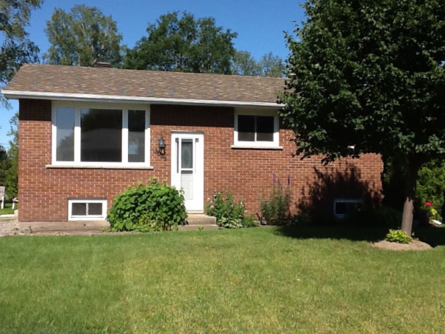 Well maintained brick bungalow house in Val Caron